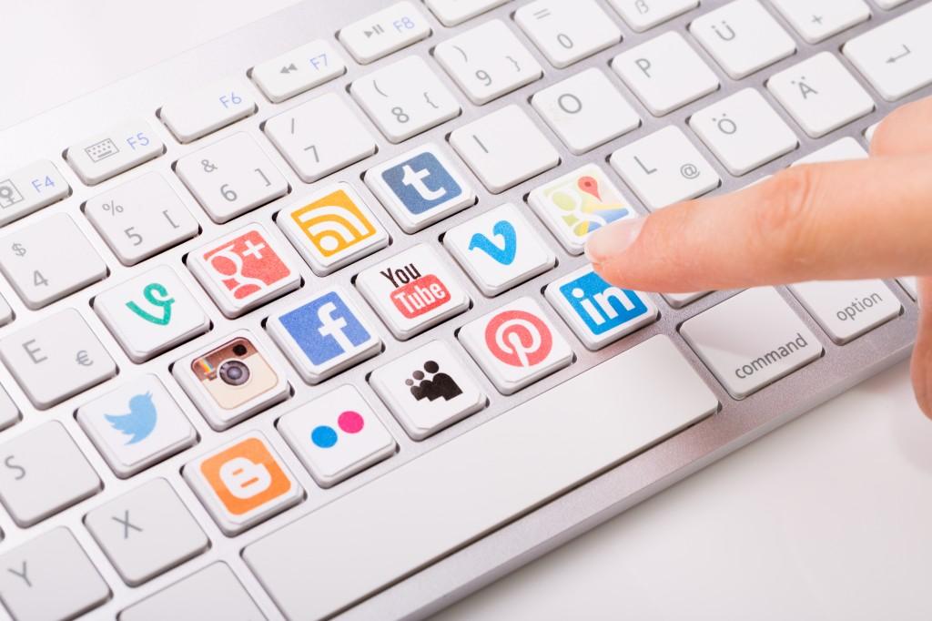 sim5 clavier réseaux sociaux shutterstock_221558236